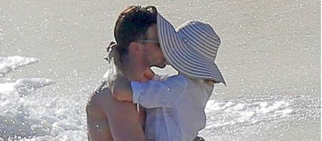 Olivia Palermo y Johannes Huebl besándose en St. Barts tras anunciar su compromiso