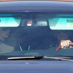Charlize Theron y Sean Penn en un vehículo por las calles de Los Angeles