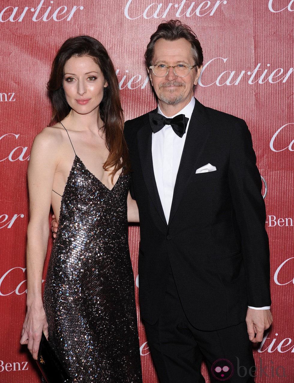 Gary Oldman y Alexandra Edenborough en la gala de premios del Festival Internacional de Palm Springs 2014