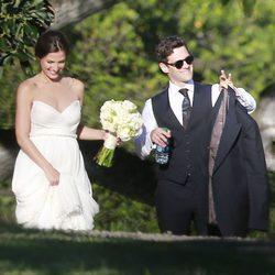 Justin Bartha y Lia Smith el día de su boda en Hawaii