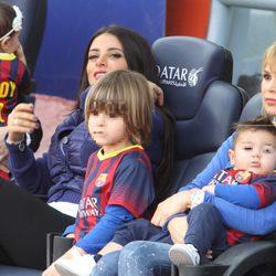 Daniella Semaan y Yolanda Cardona con sus hijo Dylan y Kai en el Camp Nou
