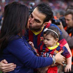 Cesc Fábregas y Daniella Semaan con su hija Lia Fábregas en el Camp Nou