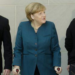 Angela Merkel ayudada por muletas tras sufrir una lesión de pelvis esquiando