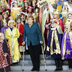 Angela Merkel rodeada de niños tras fracturarse la pelvis esquiando