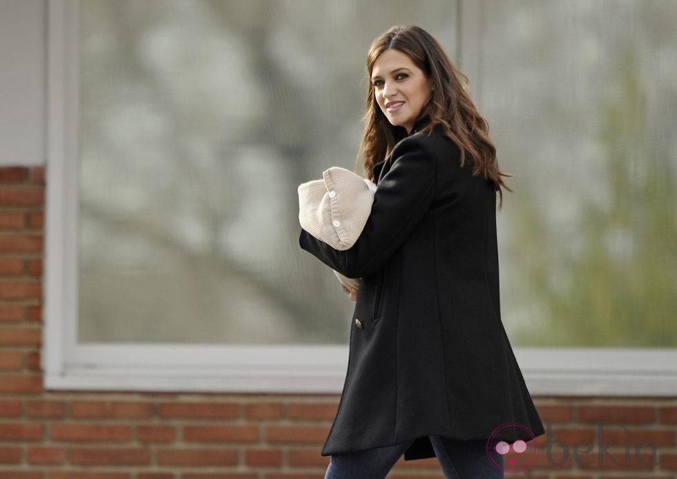 Sara Carbonero con su hijo Martín Casillas en brazos a la salida del hospital