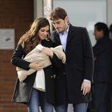 Iker Casillas y Sara Carbonero mirando con ternura a su hijo Martín a la salida del hospital