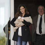 Sara Carbonero saliendo del hospital con su hijo Martín Casillas en brazos