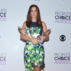 Sandra Bullock con sus premios en los People's Choice Awards 2014