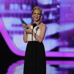 Sarah Michelle Gellar con su premio en los People's Choice Awards 2014