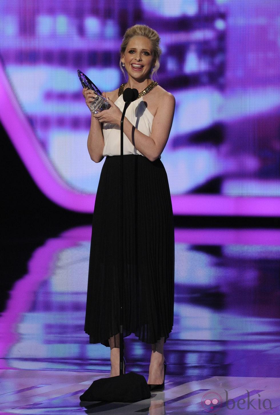 Sarah Michelle Gellar con su premio en los People's Choice Awards 2014