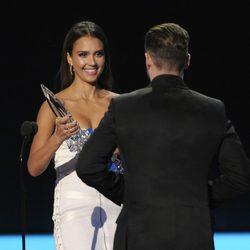 Jessica Alba entrega a Justin Timberlake el People's Choice Award 2014 a Mejor álbum