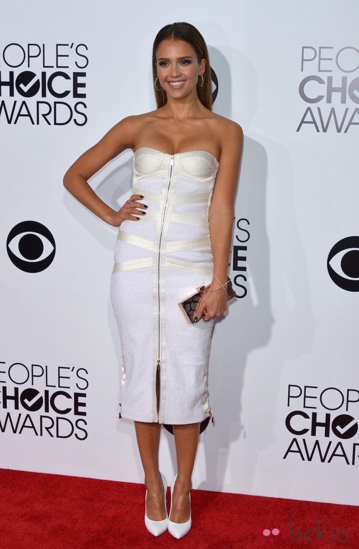 Jessica Alba en la alfombra roja de los People's Choice Awards 2014