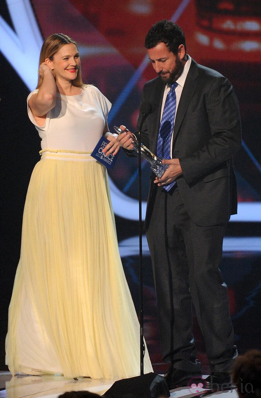 Drew Barrymore entregando un premio a Adam Sandler en los People's Choice Awards 2014