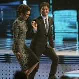 Ian Somerhalder y Nina Dobrev cogidos de la mano en los People's Choice Awards 2014