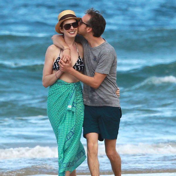 Anne Hathaway Y Marido Adam Shulmamuy Cariñosos En Hawaii