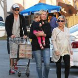 Elsa Pataky y Chris Hemsworth hacen la compra con su hija India Rose