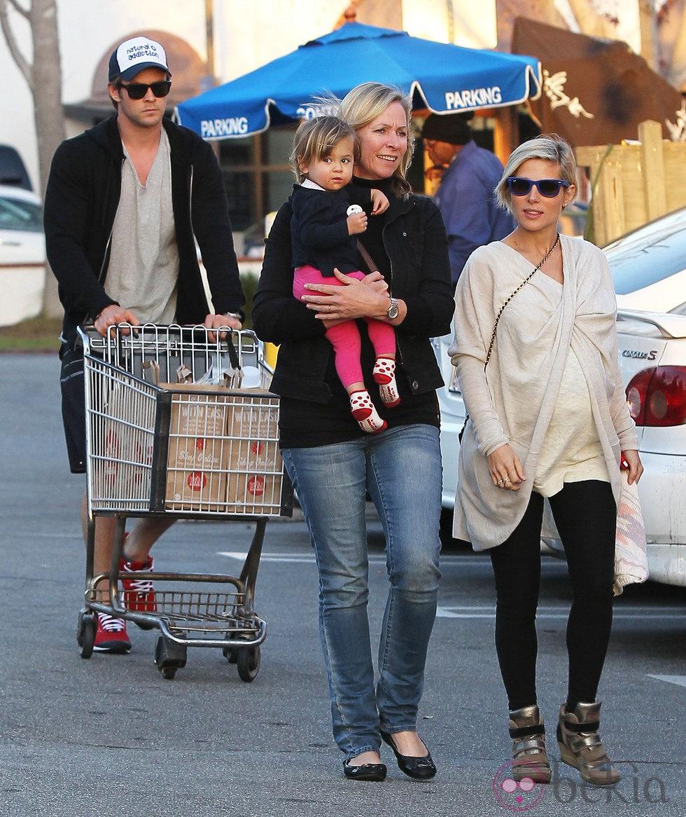 Elsa Pataky y Chris Hemsworth hacen la compra con su hija India Rose