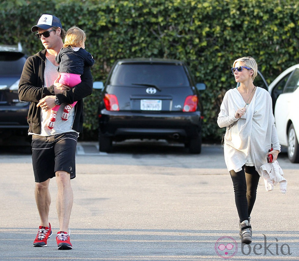 Elsa Pataky luce embarazo junto a Chris Hemsworth y su hija India Rose en Santa Monica