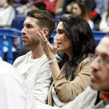 Sergio Ramos y Pilar Rubio en un partido de baloncesto en el Palacio de los Deportes de Madrid