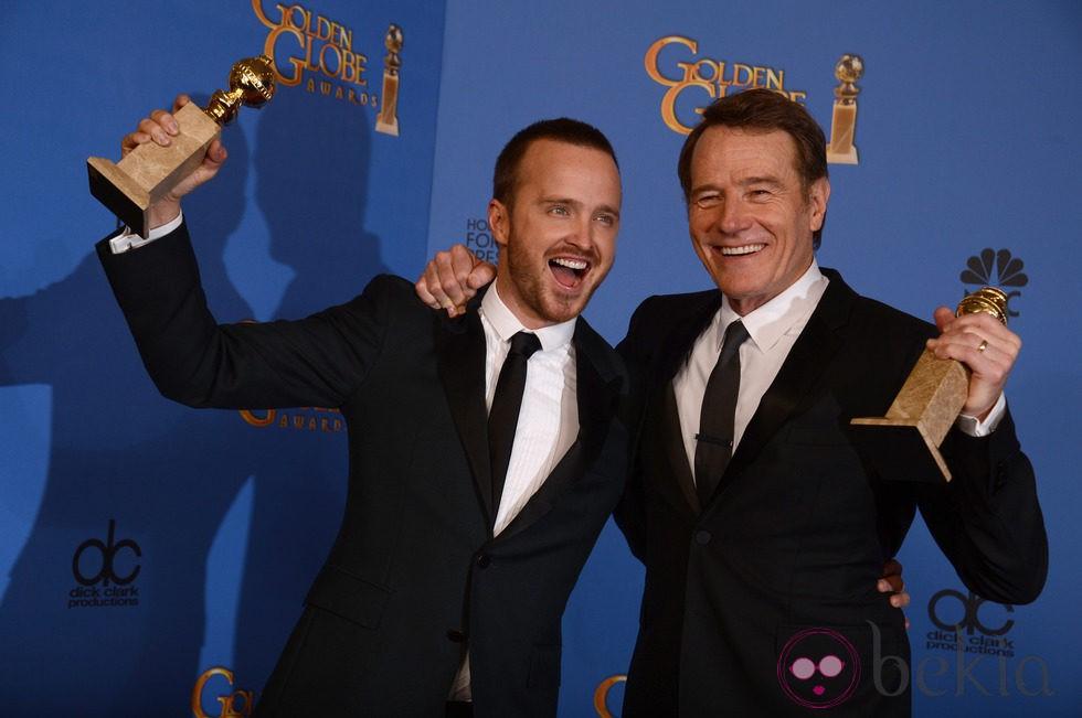 Aaron Paul y Bryan Cranston posando con sus Globos de Oro 2014