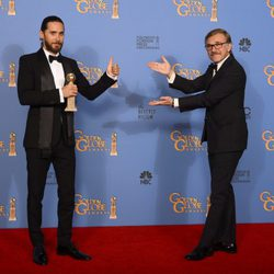 Jared Leto, mejor actor secundario, y Christoph Waltz en los Globos de Oro 2014