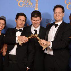 El equipo de 'Brooklyn Nine-Nine' posando como mejor serie de comedia en los Globos de Oro 2014
