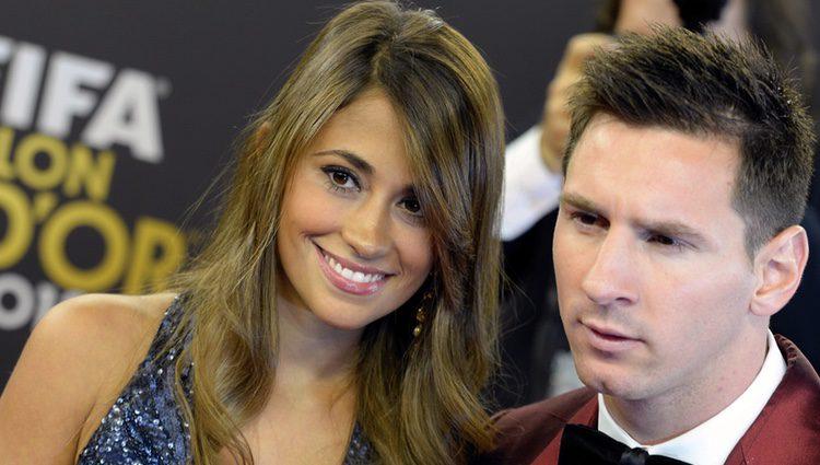 Leo Messi y Antonella Roccuzzo a su llegada a la entrega del Balón de Oro 2013