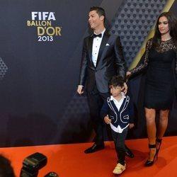 Cristiano Ronaldo con Irina Shayk y su hijo en la entrega del Balón de Oro 2013