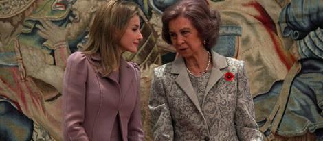 La Reina Sofía habla con la Princesa Letizia en un acto oficial en La Zarzuela