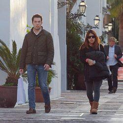 Alberto Isla y Chabelita Pantoja paseando por las calles de Marbella
