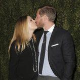 Drew Barrymore besando a Will Kopelman en la presentación de 'Find it in Everything'