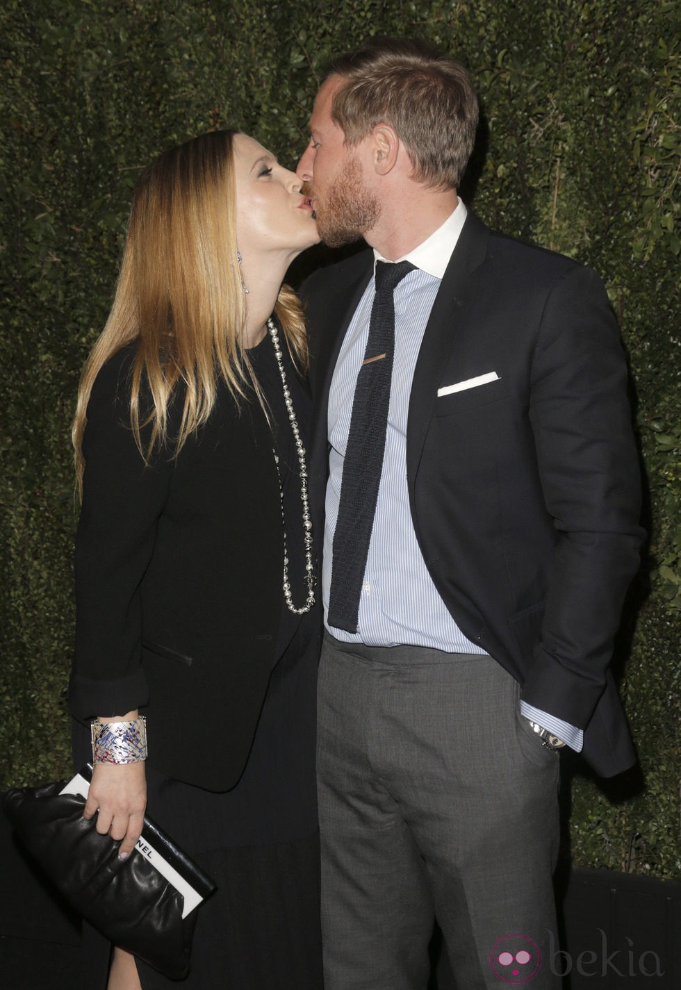 Drew Barrymore besando a Will Kopelman en la presentación de 'Find it in Everything'