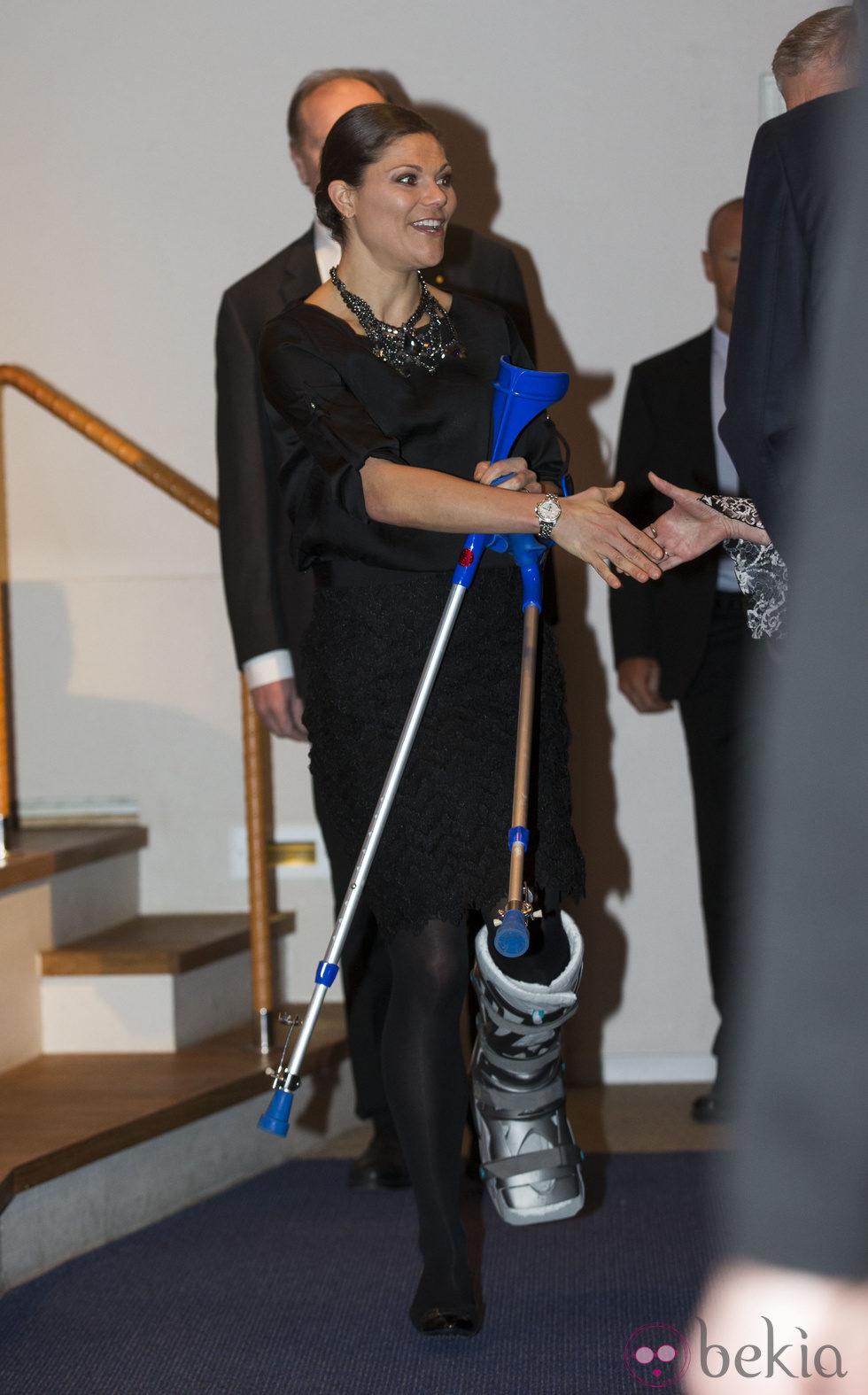 Victoria de Suecia con muletas y bota ortopédica tras un accidente de esquí