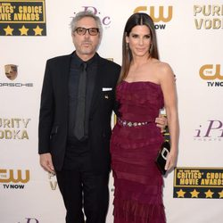 Alfonso Cuarón y Sandra Bullock en la alfombra roja de los Critics' Choice Movie Awards 2014