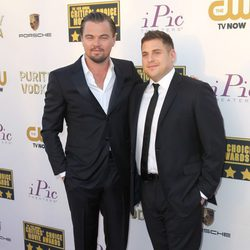Leonardo DiCaprio y Jonah Hill en la alfombra roja de los Critics' Choice Movie Awards 2014