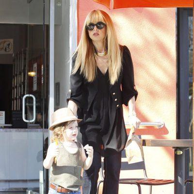 Rachel Zoe paseando con su hijo mayor Skyler Morrison por Beverly Hills