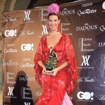 Laura Sánchez recoge el premio Andaluza con Arte en la pasarela We love flamenco