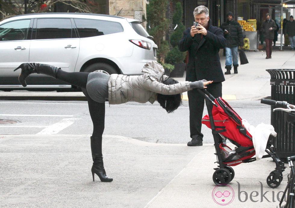 Alec Baldwin fotografía a Hilaria Thomas mientras practica yoga