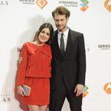 Adriana Ugarte y Peter Vives en el estreno del último capítulo de 'El tiempo entre costuras'