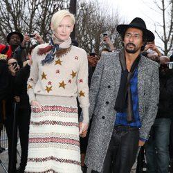 Tilda Swinton y Haider Ackermann en el desfile de Alta Costura de Chanel primavera/verano 2014 de París