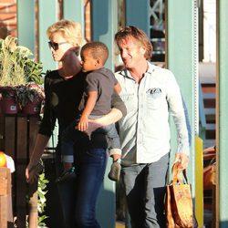 Sean Penn y Charlize Theron con su hijo Jackson en brazos haciendo la compra