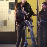 Dakota Johnson acaricia un perro en el rodaje de 'Cincuenta Sombras de Grey'