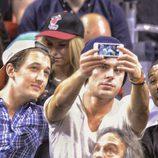 Zac Efron se hace una selfie con Miles Teller y Michael B. Jordan