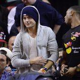 Zac Efron en un partido de baloncesto en Miami