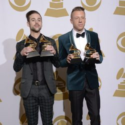 Ryan Lewis y Macklemore con su premio en los Grammy 2014