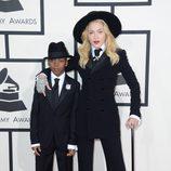 Madonna con su hijo David Ritchie en los Grammy 2014