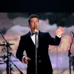 Robin Thicke durante su actuación en los Grammy 2014