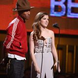 Pharrell Williams y Anna Kendrick en la entrega de los Grammy 2014