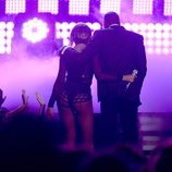 Beyoncé y Jay Z abrazados en su actuación de los Grammy 2014