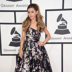 Ariana Grande en la alfombra roja de los Grammy 2014